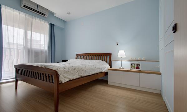 卧房也保持欧式极简风格