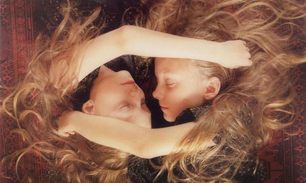 冰島雙胞胎女孩── Ariko Inaoka纖細飄渺攝影 - La Vie行動家 設計改變世界