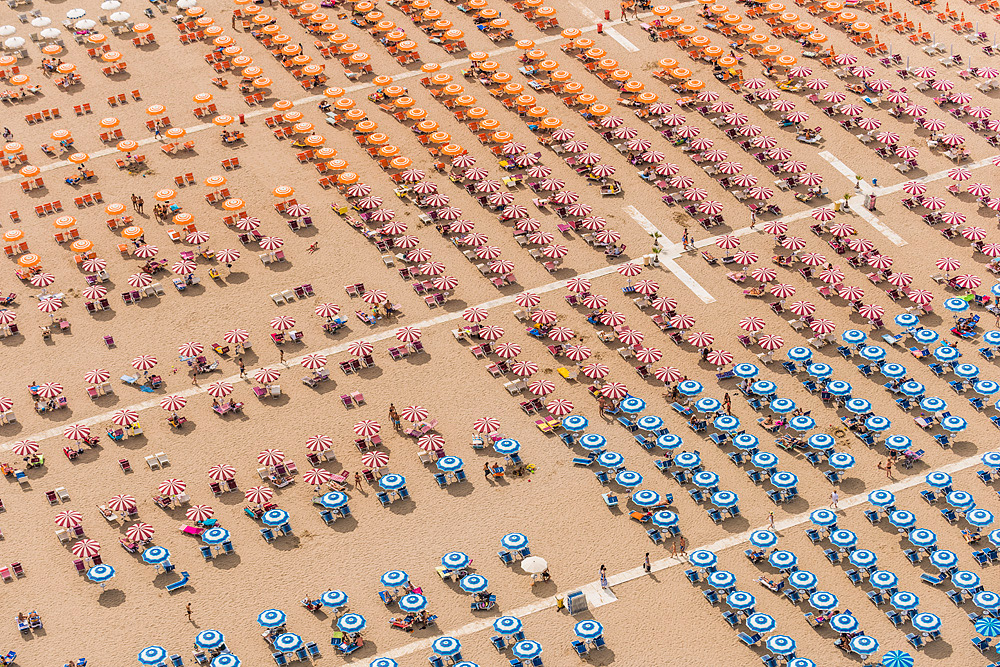 繽紛又「整齊」的海灘? Bernhard Lang空中攝影