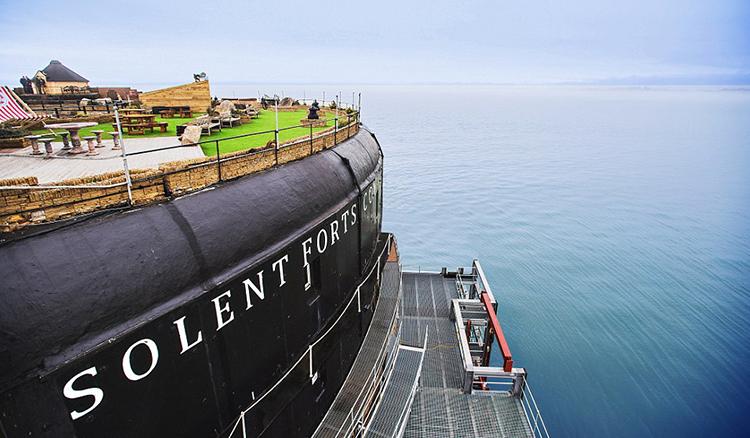 英國老戰堡變身美景酒店-擁有360度環繞海景的奢華海中央飯店 - La Vie行動家 設計改變世界