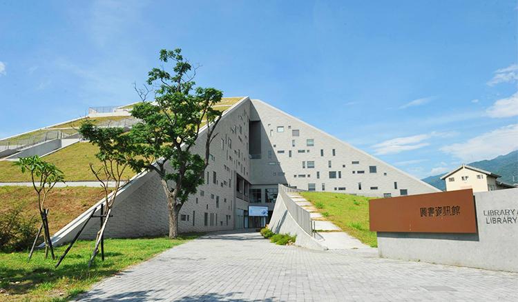 台灣不可錯過的金字塔景觀-夏日必訪的台東大學圖書館
