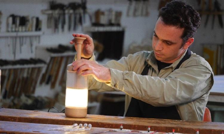 【影片】把光「壓」出來!像法式濾壓壺的 DiMo 桌燈 - La Vie行動家 設計改變世界