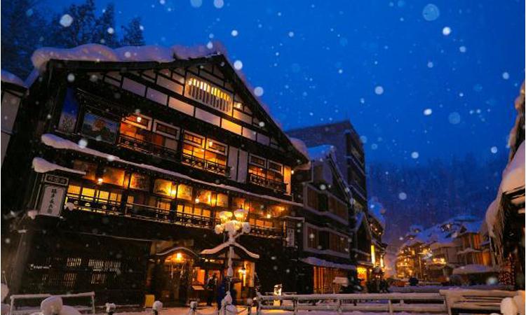 冬天是去日本的好時機!《神隱少女》湯婆婆油屋原型「銀山溫泉」雪景!