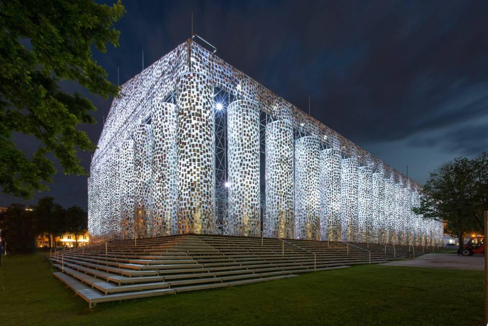 反對思想箝制!阿根廷藝術家用10萬本「禁書」打造如帕德嫩神殿般建築