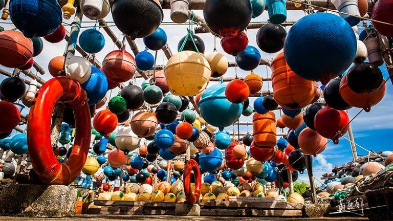 94歲阿公將30噸垃圾化為浮球彩繪藝術!人口外流的澎湖南寮晉身全球百大綠色旅遊地 - La Vie行動家 設計改變世界