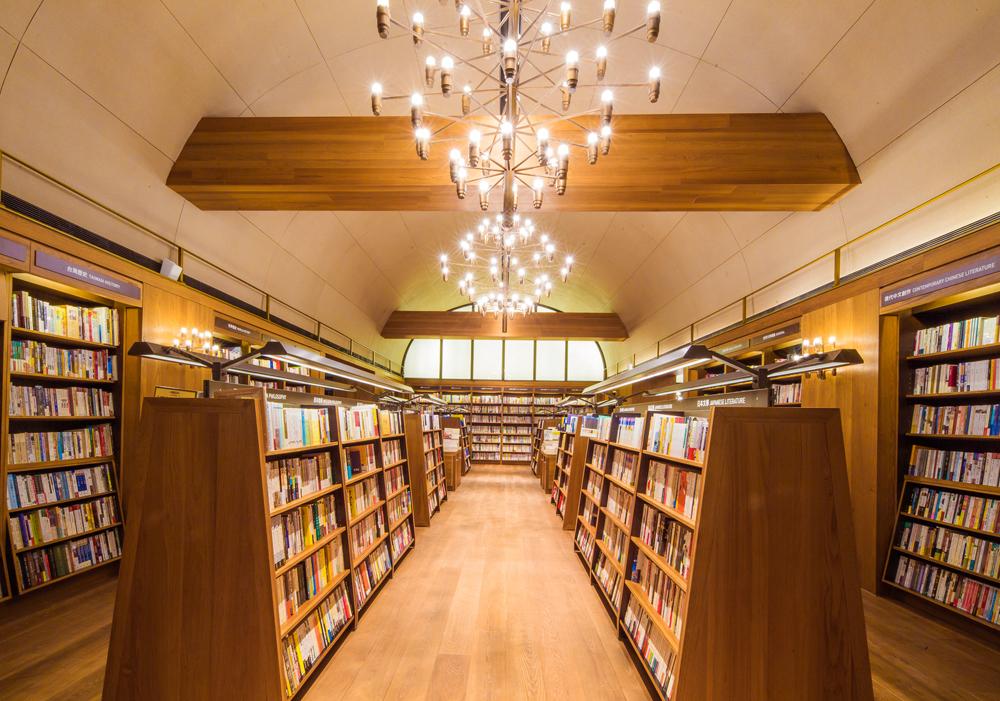 5米挑高書店深夜電影院+19扇屋型窗景!「誠品生活南西」進駐台北中山打造白色木調書屋