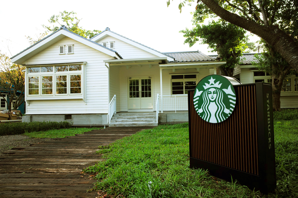改造陽明山美軍老宿舍!星巴克草山門市打造復古美式白色木屋咖啡廳