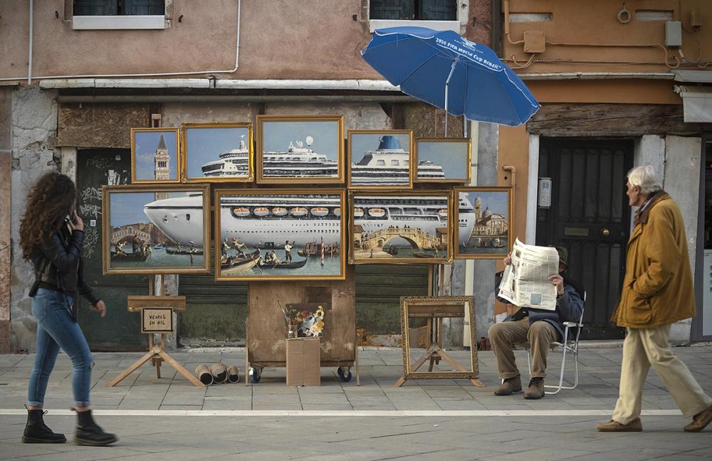 Banksy現身2019威尼斯雙年展?開辦街頭畫展販售「威尼斯風景」控訴郵輪觀光惡化議題 - LaVie 設計改變世界